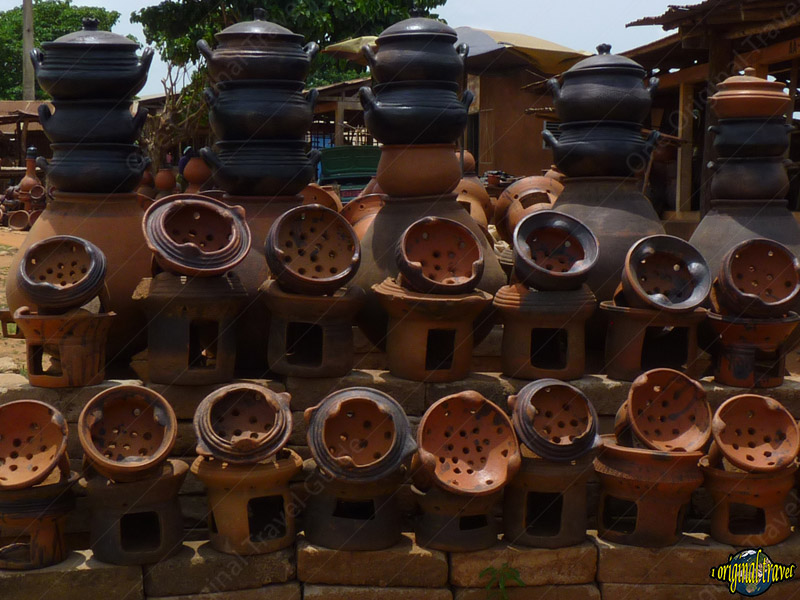 Poterie sur étal - Foyer pour la cuisine - Sé - Bénin