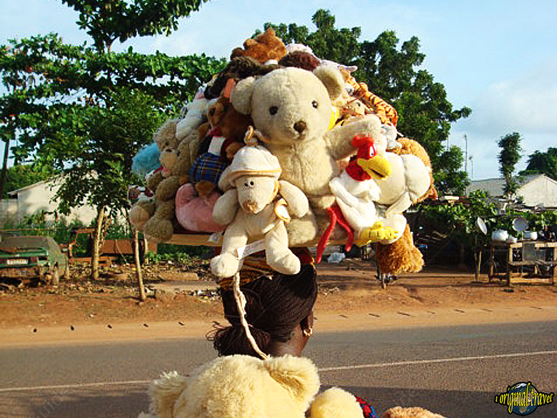 Vendeuse de peluches ambulante - Comé - Bénin
