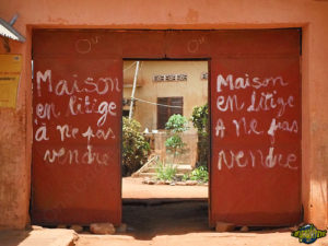 original-travel-guide-commerce-benin-afrique-maison-litige-pas-vendre